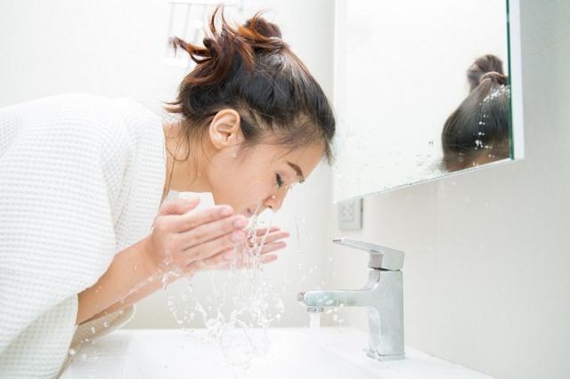 Rửa mặt sạch sẽ là bước rất quan trọng trong quy trình chăm sóc da thường