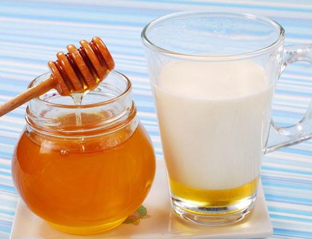 Tăng cân bằng mật ong và sữa tươi.