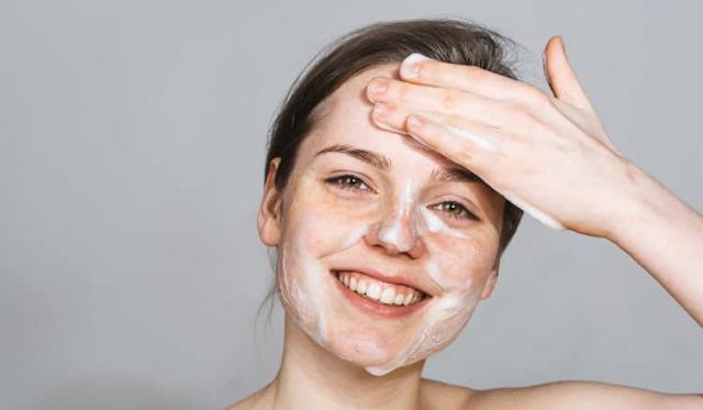 Làm sạch da với bước tẩy trang và sữa rửa mặt