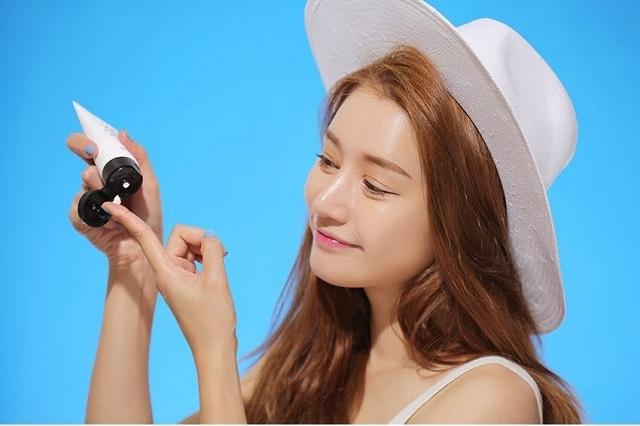 Sử dụng kem chống nắng là phương pháp bảo vệ da hiệu quả trước các tia UV độc hại