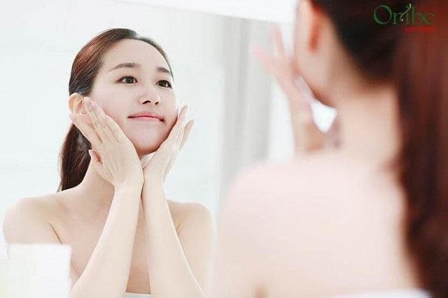 Sử dụng serum dưỡng trắng da mặt là điều nên làm để đặc trị chuyên sâu hơn cho da.