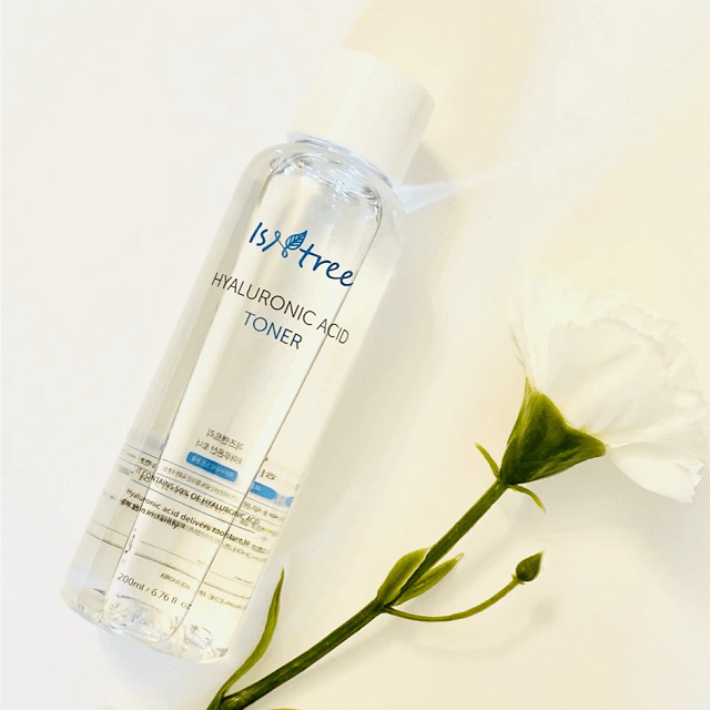 Hyaluronic Acid Toner chứa 50% thành phần là Hyaluronic Acid được ví như quả bom ngậm nước có tác dụng cấp ẩm cực nhanh cho làn da