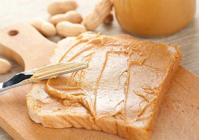 Bánh mì phết bơ đậu phộng béo ngậy giúp lấp đầy bao tử và hỗ trợ tăng cân