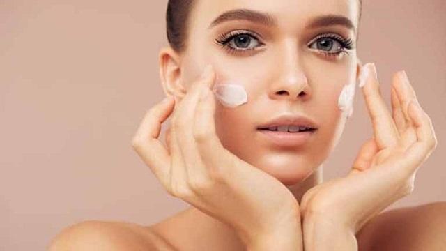 Kem dưỡng ẩm toàn thân có thể khắc phục tình trạng thiếu nước của da, làm giảm độ khô rát trên da.