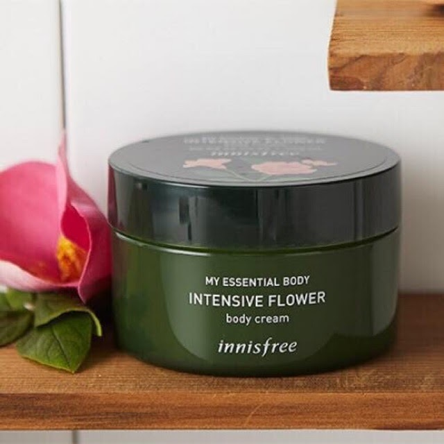 Innisfree My Essential Intensive Flower Body Cream giúp da duy trì độ ẩm mềm mại.