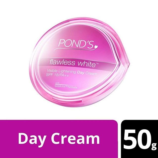 Pond's Flawless White Visible Lightening Day Cream có chất kem mịn màng, giàu dưỡng chất