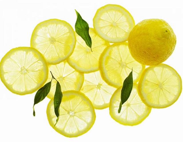 Chanh tươi có chứa rất nhiều vitamin C cùng acid citric giúp làm mờ thâm nám, tàn nhang, cùng các vết sạm da