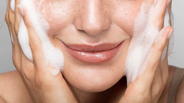 Da mụn, bạn cần phải cẩn thận khi chọn các sản phẩm chăm sóc da đặc biệt là sữa rửa mặt